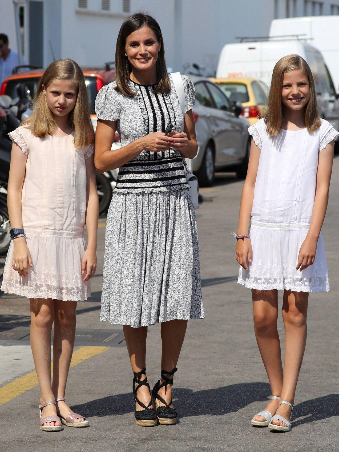 La reina, con sus hijas, posando para la prensa. (EFE)