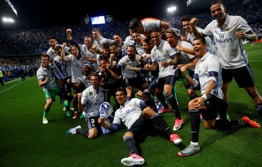 Foto: Los jugadores del Real Madrid celebran el título de Liga conseguido en La Rosaleda. (Reuters)