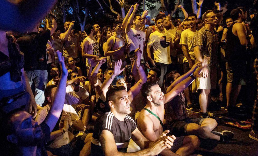 Foto: Manifestantes, abucheando a dirigentes de Ciudadanos en la manifestación del Orgullo de julio. (EFE)