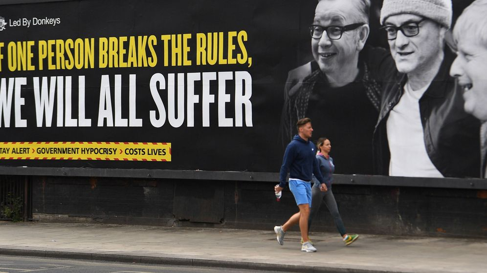 Foto: Un cartel contra Dominic Cummings, asesor de Boris Johnson. (EFE)
