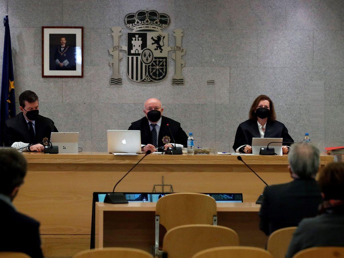 Foto: Los magistrados Fernando Andreu (i), Antonio Romeral (c) y María Fernanda García (d) durante la primera sesión del juicio el lunes pasado. (EFE)
