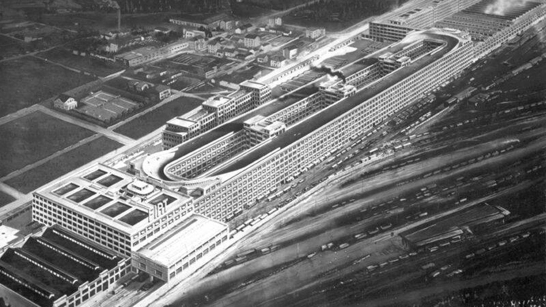 La fábrica se construyó a principios del siglo XX y albergaba una pista secreta en la azotea de la misma.