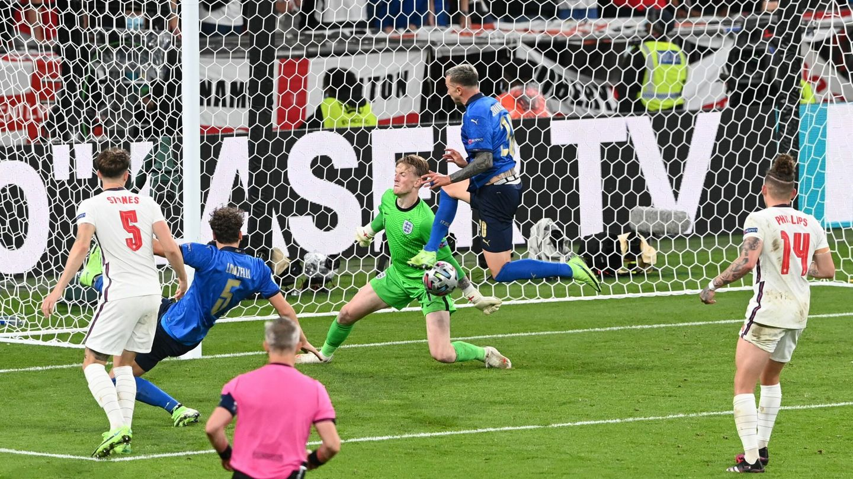 Pickford evitó el 2-1 de Italia en muchas ocasiones. (Reuters)