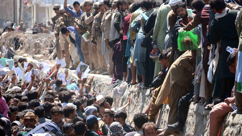 Miles de afganos se agolpaban en los accesos al aeropuerto. (EFE)
