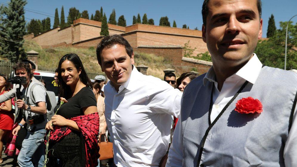 Foto: Los candidatos madrileños de Ciudadanos, Begoña Villacís (i) e Ignacio Aguado (d) junto a Albert Rivera este San Isidro. (EFE)