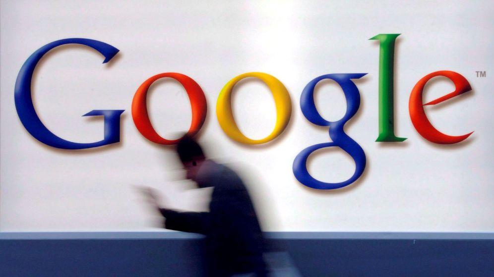 Foto: Foto de archivo de un hombre mientras pasa delante del logotipo de Google en Fráncfort. (EFE)