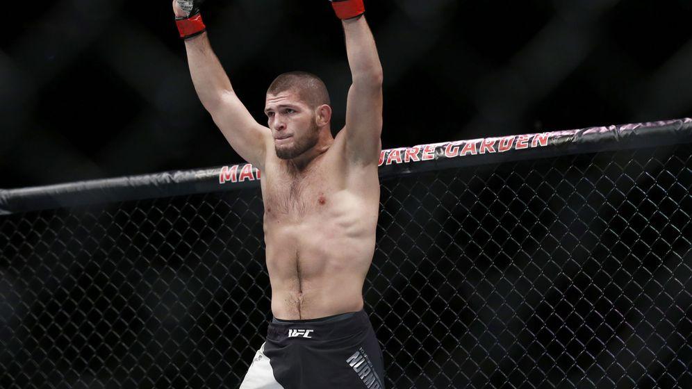 Foto: Khabib en el UFC 205 ante Michael Johnson. (Reuters)