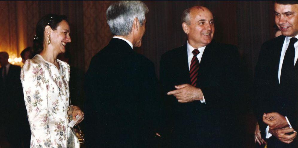 Foto: El exembajador en la URSS, José Cuenca (de espaldas), saluda a Gorbachov junto a Felipe González.