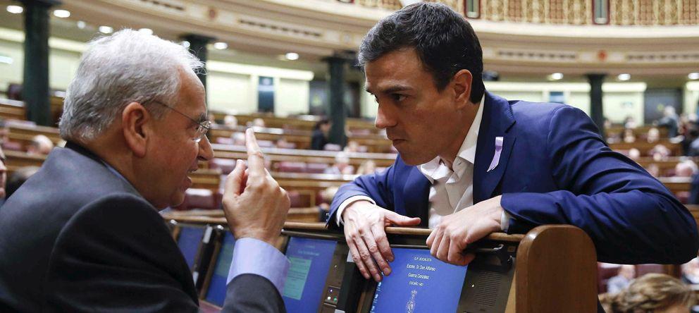 Foto: El líder del PSOE, Pedro Sánchez (d), conversa con el diputado socialista Alfonso Guerra en el pleno del Congreso. (EFE)