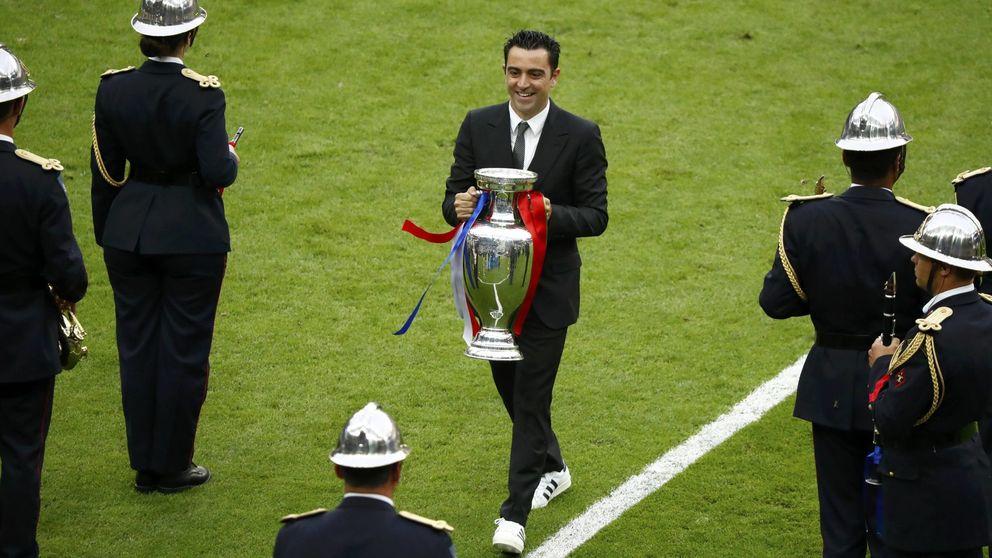 Xavi y Villar entregaron la Eurocopa, junto a la carta de dimisión de España