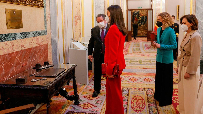 La reina Letizia, junto al escritorio de Clara Campoamor. (Limited Pictures)