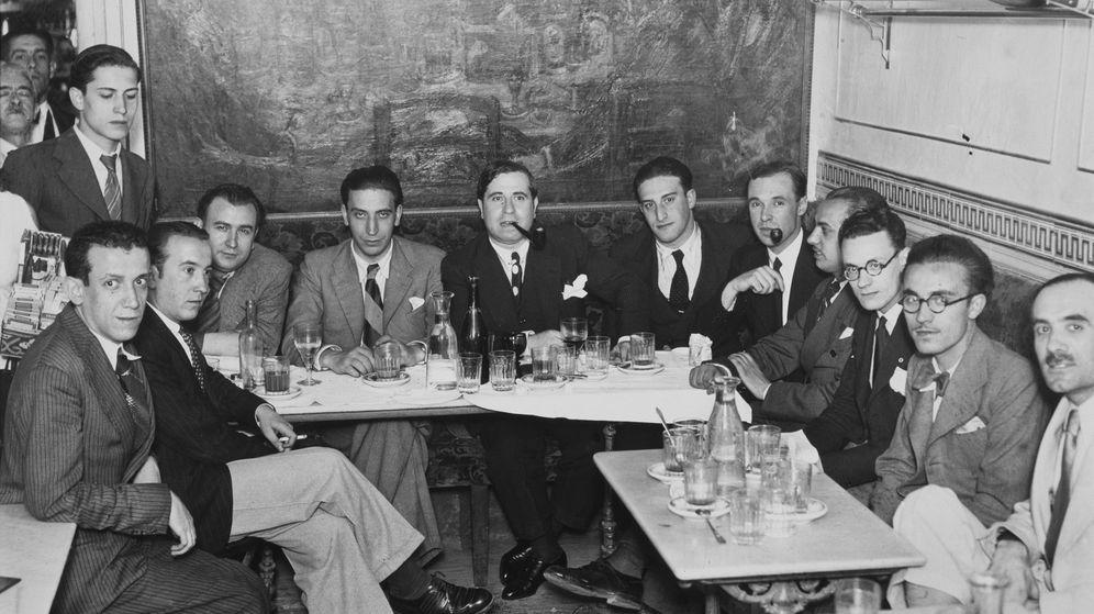 Foto: Ramón Gómez de la Serna, presidiendo la tertulia del Café del Pombo, 1932
