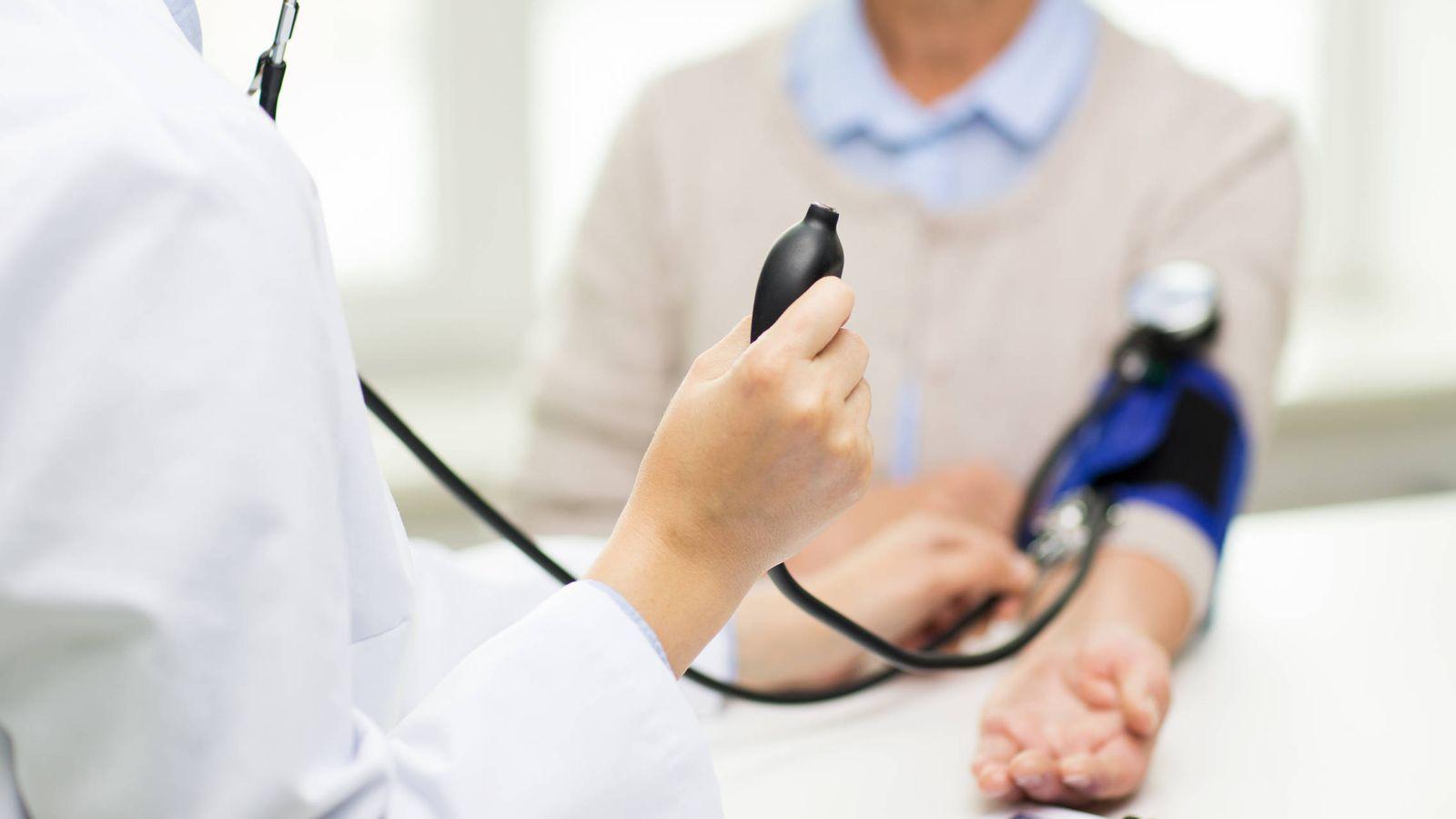 Foto: Un médico toma la tensión a una paciente. (iStock)