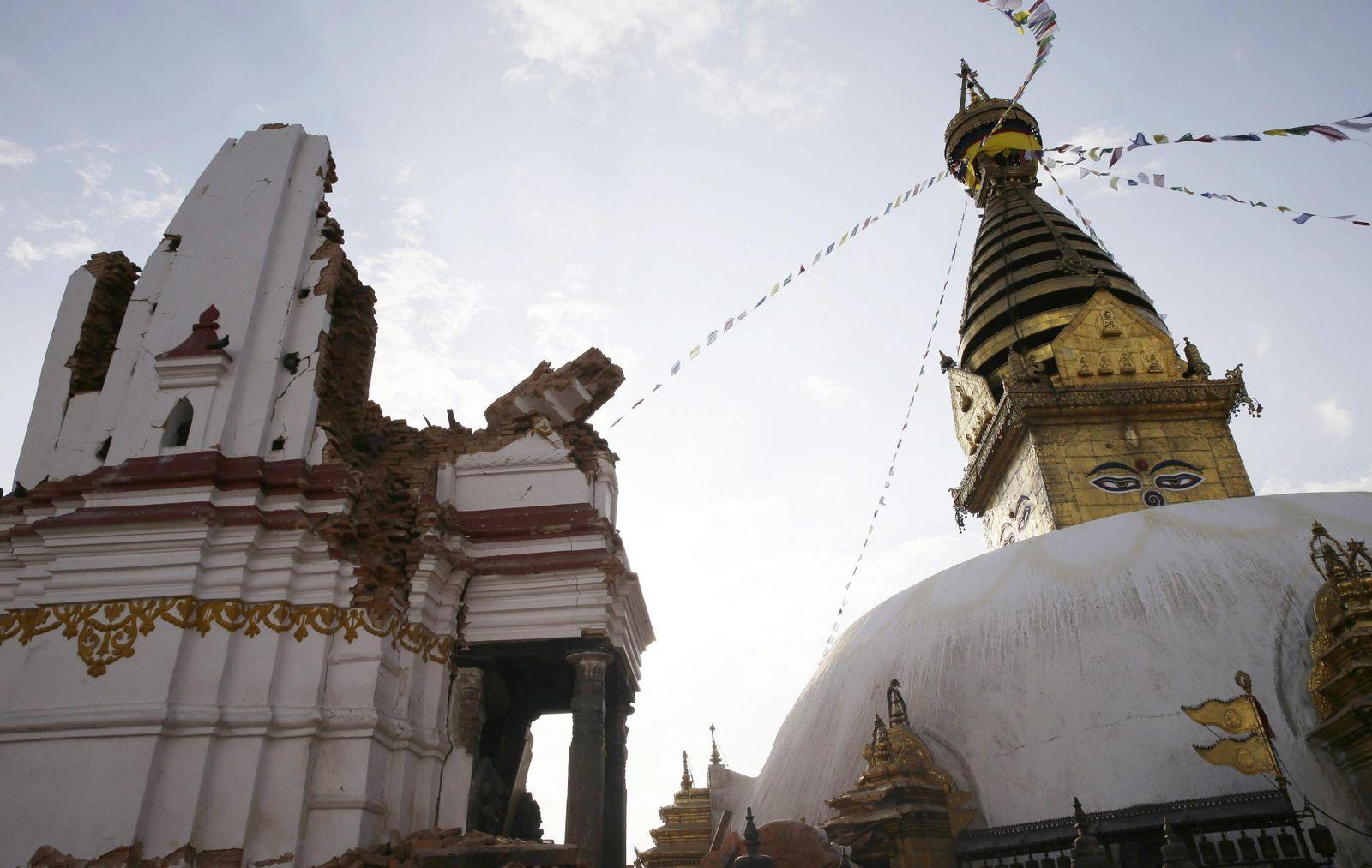 Foto: La estupa de Syambhunaath, en Katmandú (Nepal), conocida como el Templo del Mono, después del terremoto. (EFE)