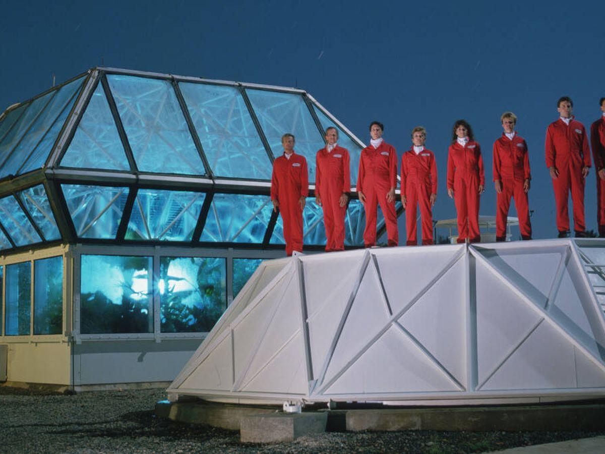 Foto: Los biosferianos frente a un primer prototipo de lo que más tarde se convirtió en Biosfera 2. (Filmin)