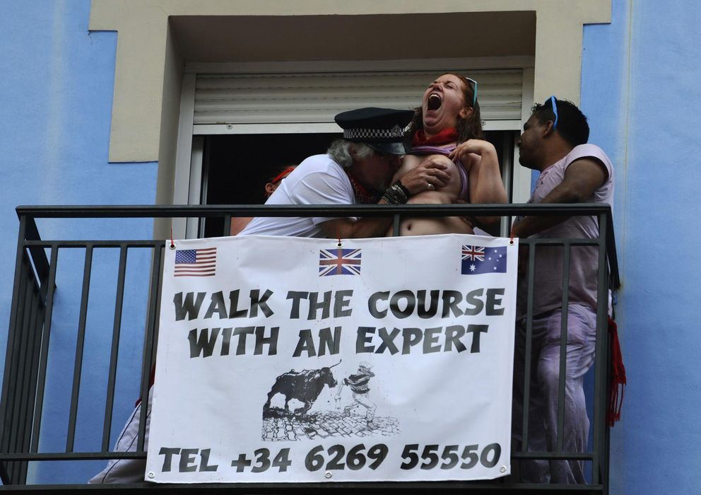Foto: Uno de los grupos de turistas que fomentó el 'tetas por kalimotxo', durante lo momentos posteriores al chupinazo del pasado domingo. (Reuters)