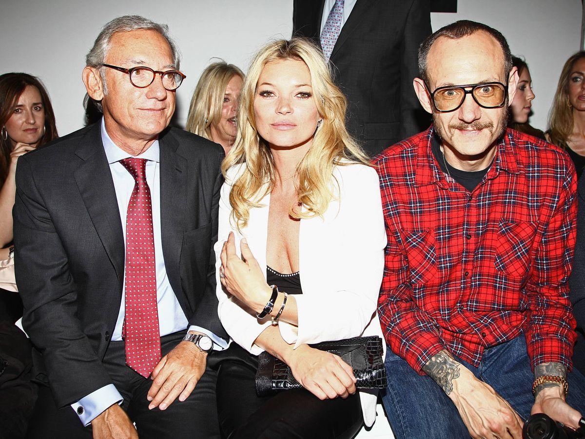 Foto: El dueño de Mango, Isak Andic, con la modelo Kate Moss y el fotógrafo Terry Richardson. (Getty)