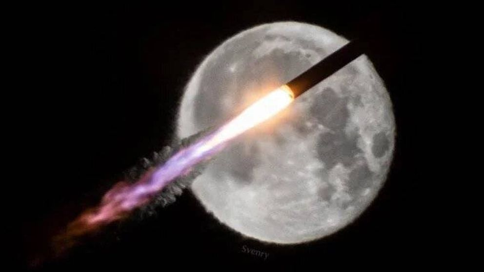 Increíble imagen: un cohete volando frente a la Luna