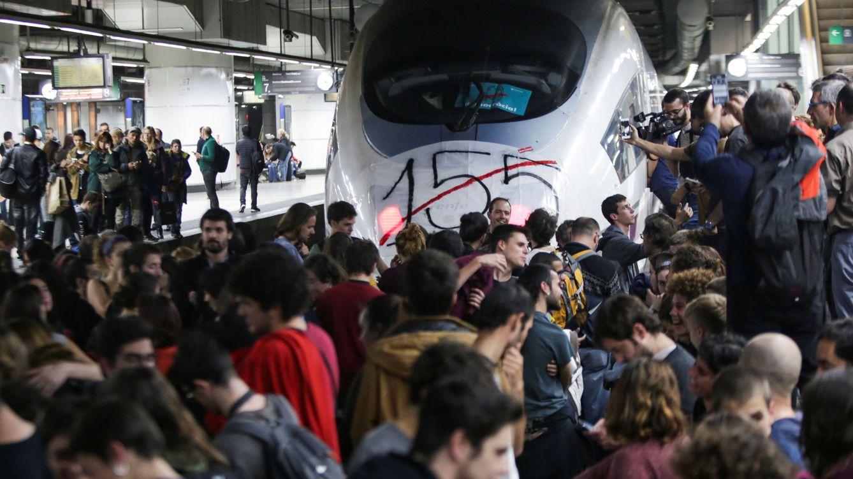 Foto: Manifestantes cortan la estación de Sants en Barcelona. (Reuters)