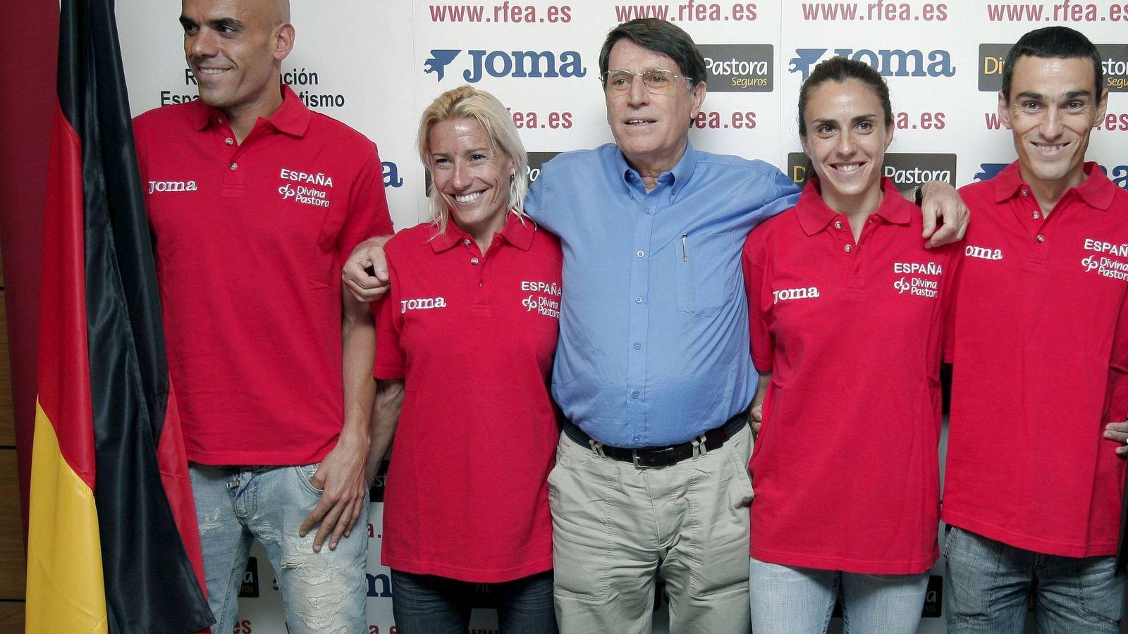 Foto: Odriozola junto a Marta Domínguez y otros atletas en una imagen tomada antes del Mundial de Berlín 2009 (Emilio Naranjo/EFE)