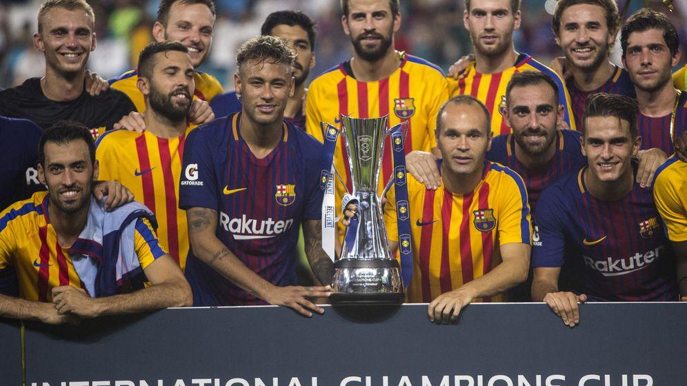 Foto: Los jugadores del F.C. Barcelona posan tras ganar el partido contra el Real Madrid del torneo Internantional Champions Cup . (EFE/ Edu Bayer)