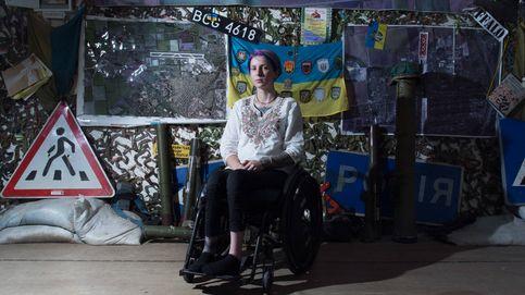 Esta joven en silla de ruedas salva vidas en el frente de Ucrania