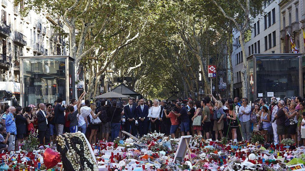 Foto: Flores y velas en La Rambla de Barcelona en recuerdo a las víctimas. (Efe)