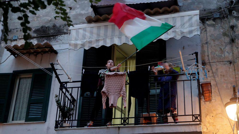 Foto: Una mujer, en un balcón en Nápoles. (Reuters)