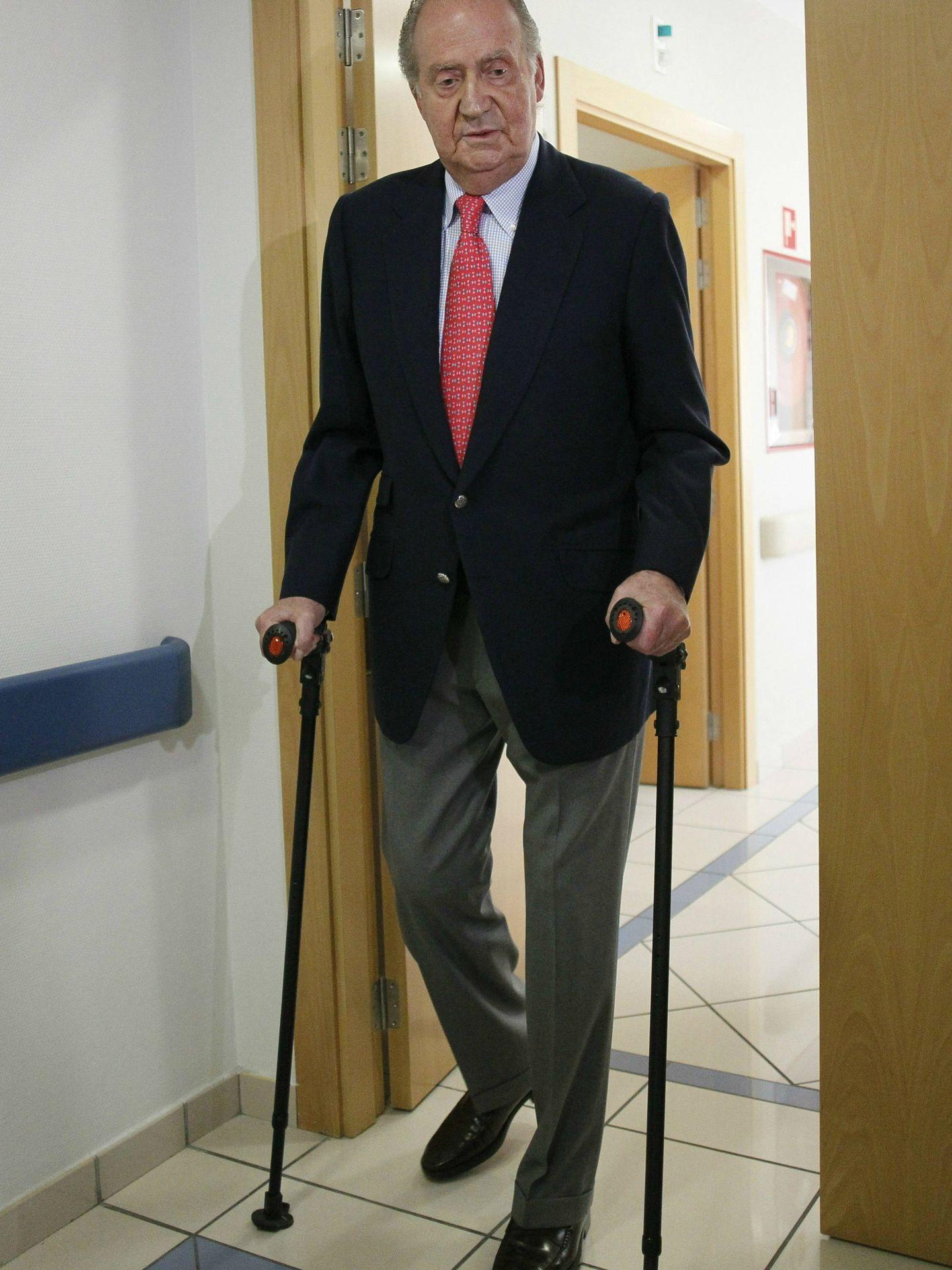 El rey Juan Carlos, tras su operación de cadera al volver de Botsuana. (Getty)