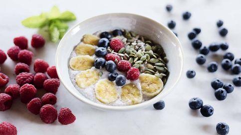 Desayuno de avena, coco y fruta: saludables gachas de cereales
