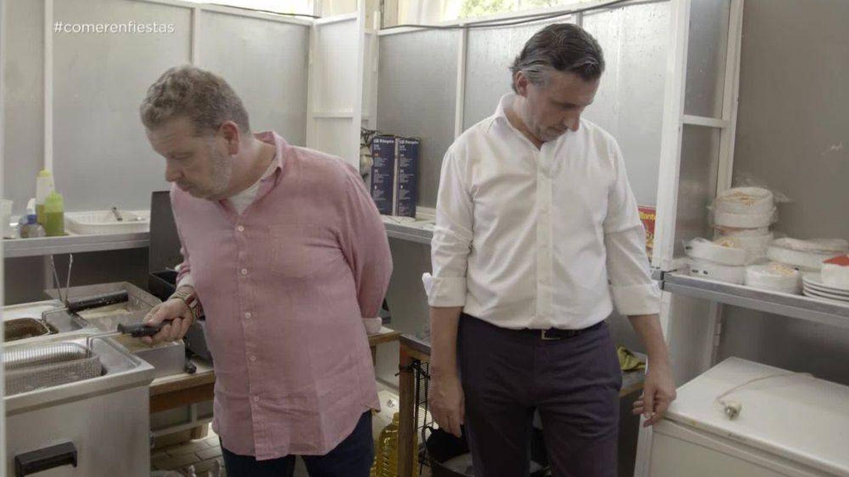 Chicote observa la cocina de una caseta en Huelva. (Atresmedia)