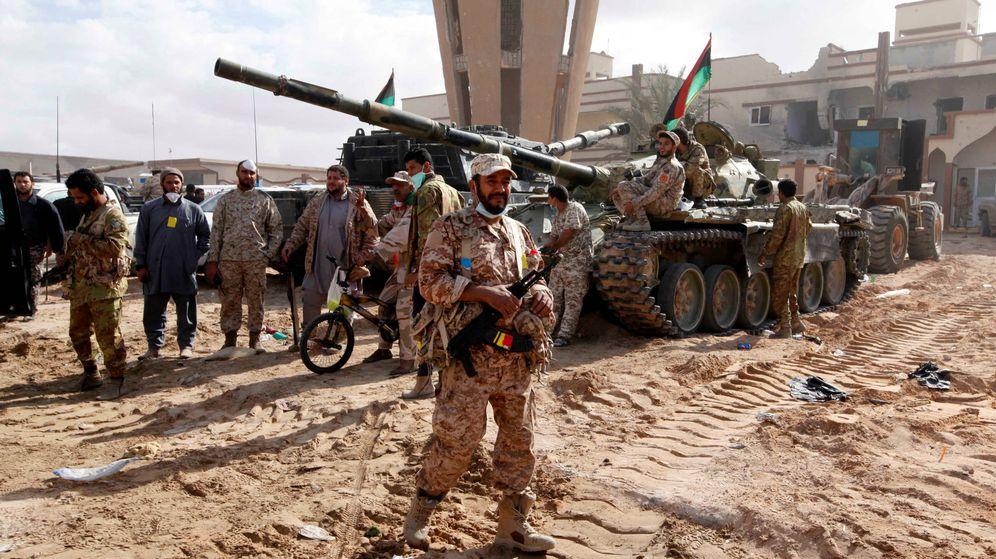 Foto: Milicianos libios alineados con el Gobierno de Trípoli durante la lucha contra el ISIS en Sirte, en diciembre de 2016. (Reuters)