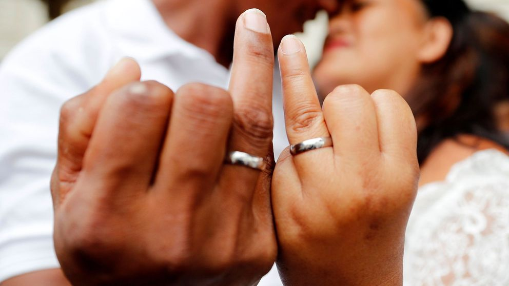 Ni existen ni se pueden crear: el bulo de los anillos de boda con GPS vuelve tras 6 años