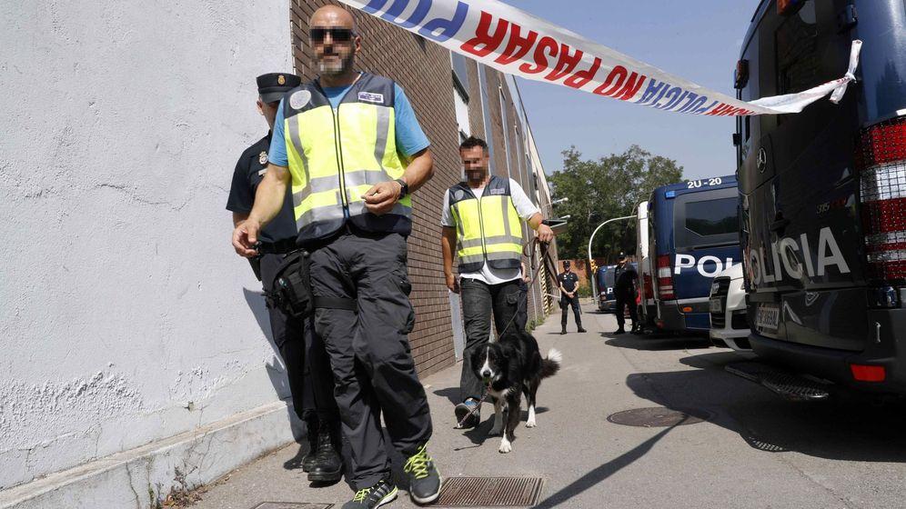 Foto: Efectivos de la Policía Nacional acompañados por perros especializados en detectar dinero, durante los registros efectuados esta mañana en la empresa Gespol, una filial de Sacyr.