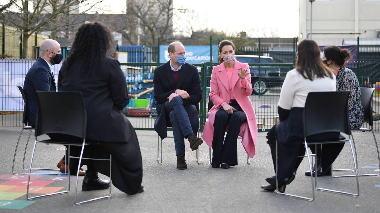 Guillermo y Kate, en una charla con profesores. (Getty)