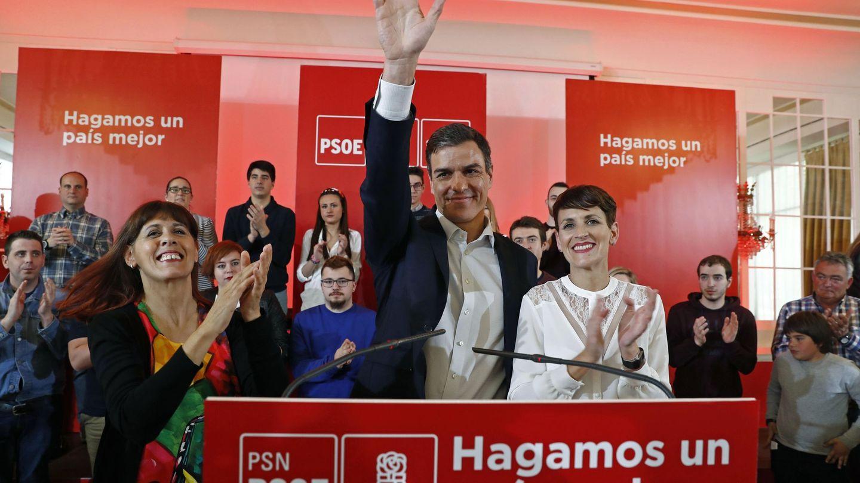 Pedro Sánchez, con María Chivite (d) y Maite Esporrín (i), candidata del PSN a la alcaldía de Pamplona, en abril de 2018. (EFE)