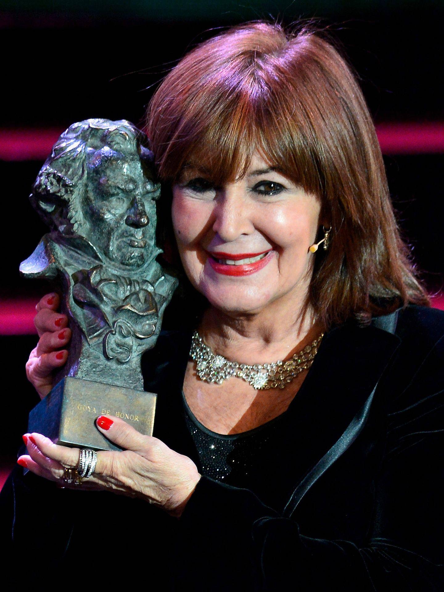 La actriz con su Goya otorgado en 2013. (Getty)