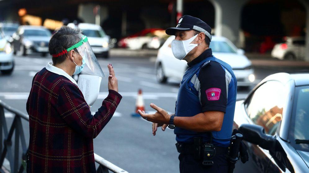 Foto: Control informativo de la Policía Local de Madrid este lunes en una de las zonas confinadas. (Reuters)