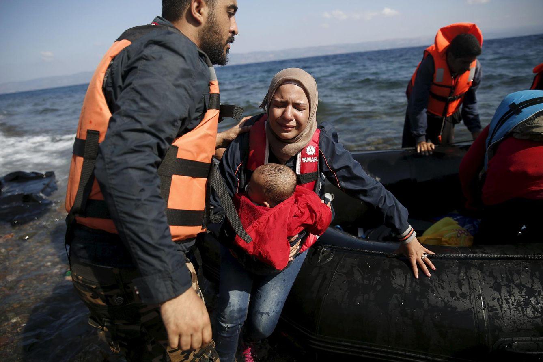 Foto: Una mujer siria con su bebe llora al llegar a la isla de Lesbos, en Grecia, el 23 de agosto de 2015 (Reuters).