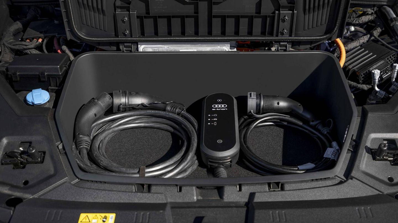 Delante lleva un pequeño maletero de 60 litros ideal para llevar los cables de recarga.