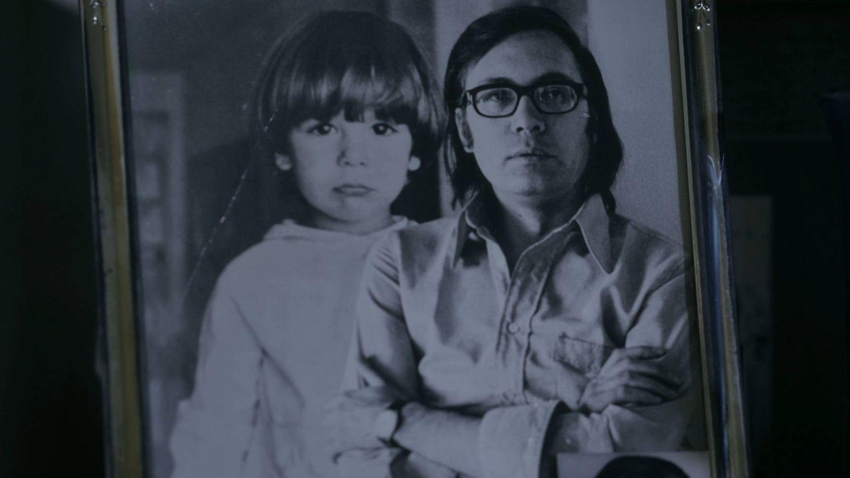 Umbral, junto a su hijo en un fotograma de 'Anatomía de un dandy'. (Cortesía de Anatomiadeundandy.com)