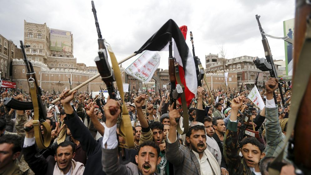 Foto: Los rebeldes chiítas levantan sus armas en protesta contra los bombardeos en Sanaa (Reuters)