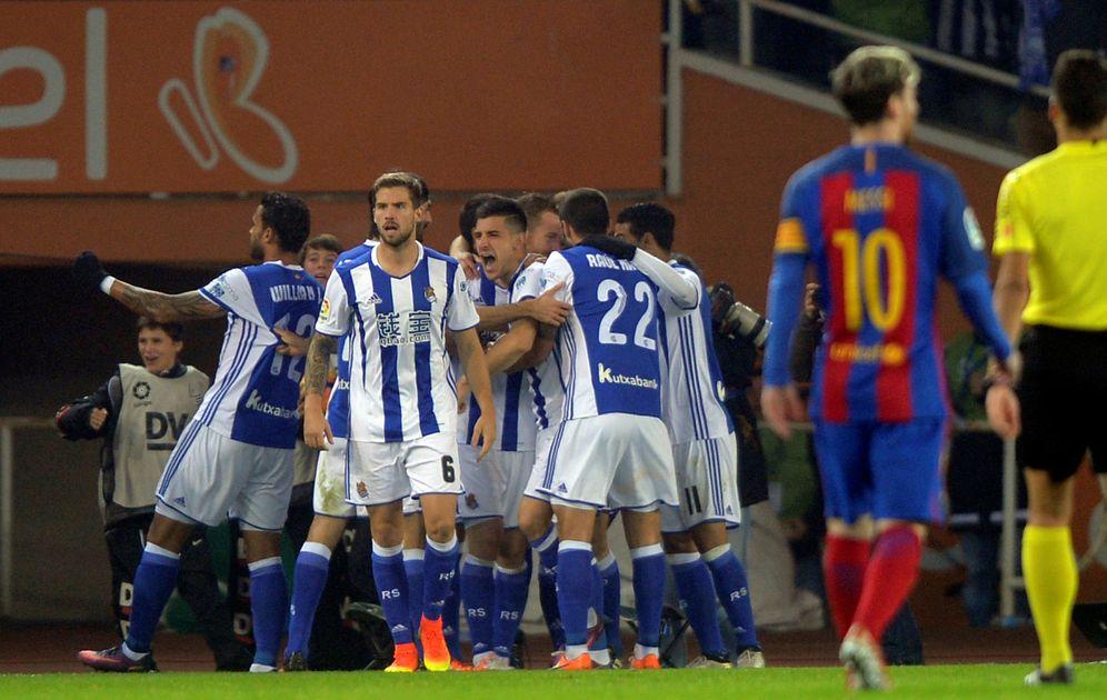 Foto: Los jugadores de la Real celebran el 1-0 al Barça, con Messi en primer plano. (REUTERS)