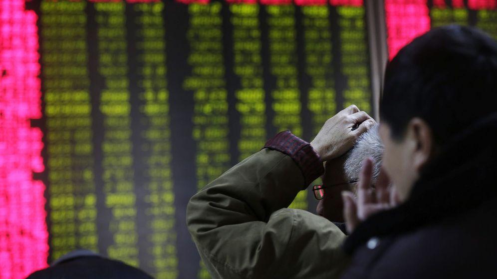 Foto: Chinos observando la evolución de los mercados. (EFE)