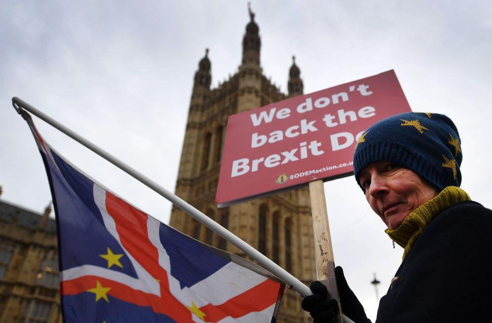 Foto: Una activista pro-UE se manifiesta a las puertas del Parlamento para pedir un nuevo referéndum del Brexit. (EFE)