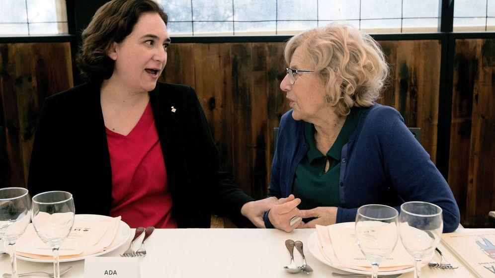 Foto: Las alcaldesas de Barcelona y Madrid, Ada Colau y Manuela Carmena, durante un almuerzo. (EFE)
