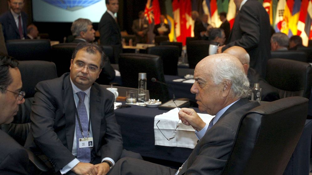 Foto: Jaime Caruana (i), junto al expresidente del Popular Ángel Ron (c) y Francisco González. (EFE)