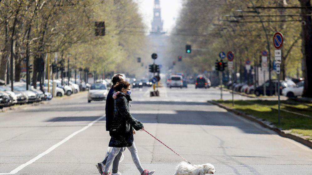 Foto: Dos personan pasean a su perro en Milán. (EFE)