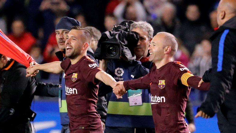 Foto: Jordi Alba e Iniesta celebran el título. (EFE)