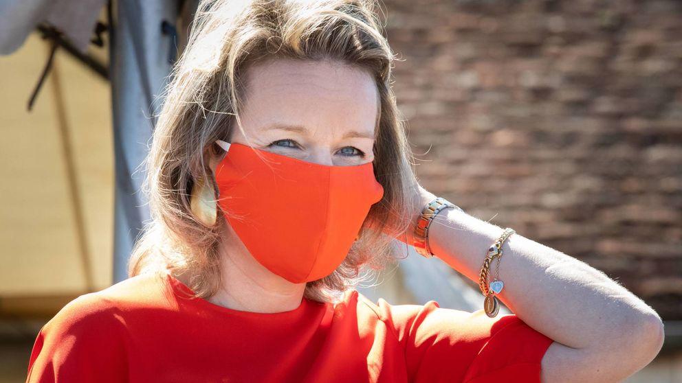 Matilde de Bélgica hace historia: primera royal con look y mascarilla a juego